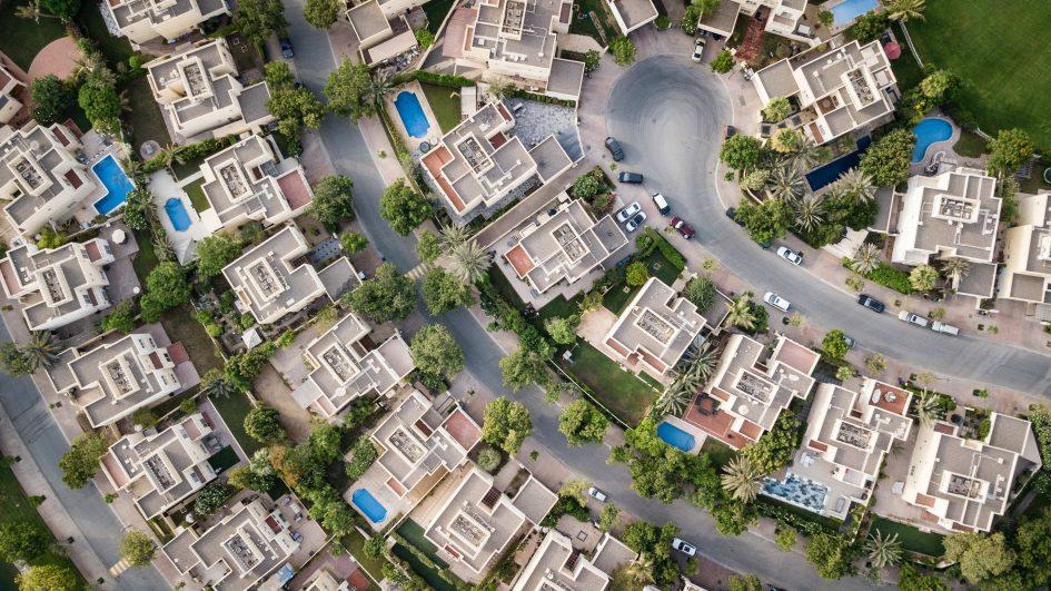 затворен комплекс с къщи сниман от високо