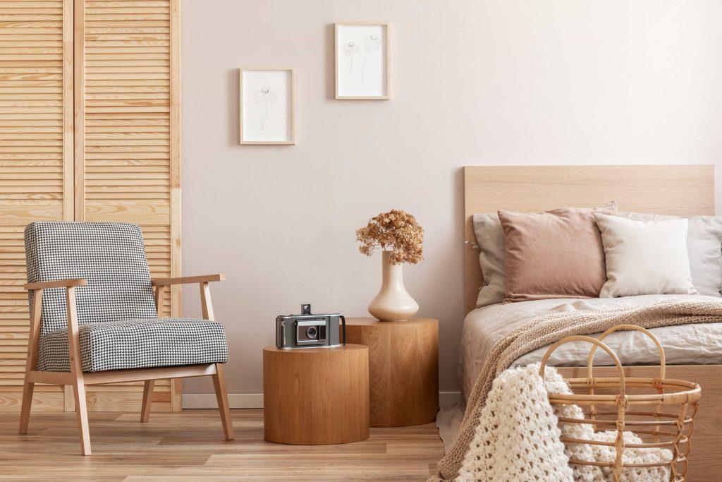 дизайнерска спалня с мебели в естествени цветове и материали