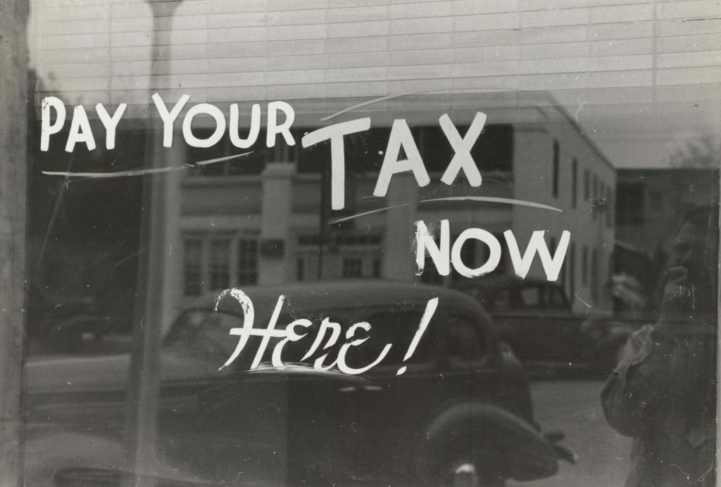 """надпис """"Плати данъка/таксита си сега тук"""", изписан върху стъкло"""