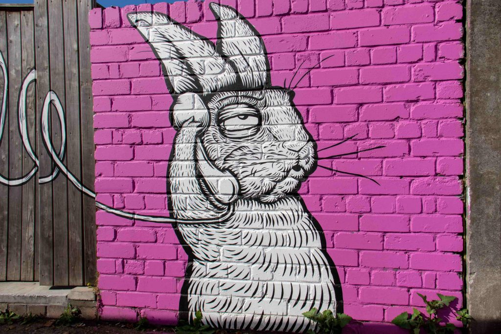 графит на заек, който отегчено говори по телефон