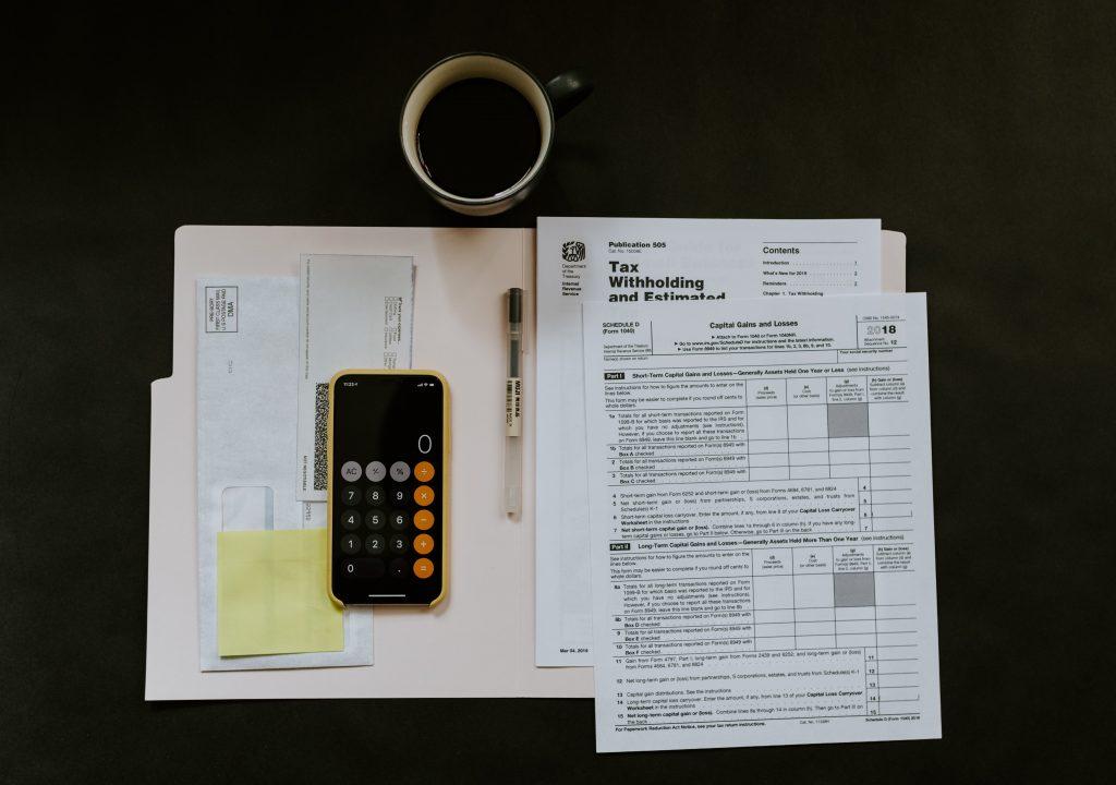 докумнти, писма и калкулатор